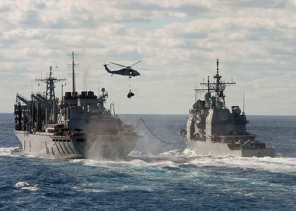 Файл: военные корабли ВМС США продолжаются и занимаются пополнением запасов. КРЕДИТ: ВМС США