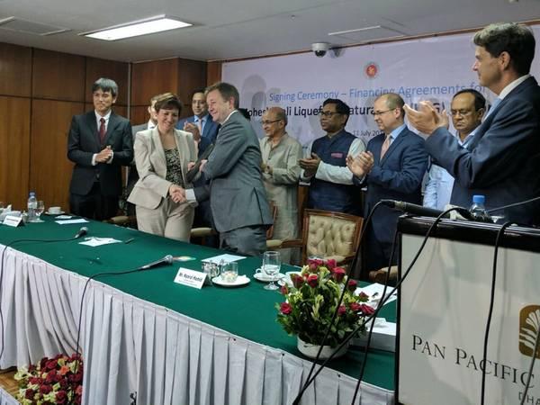 Финансовый директор Excelerate Ник Бедфорд и представители IFC, правительства Бангладеш, Petrobangla и проектных кредиторов на церемонии подписания в Дакке летом 2017 года. IFC, член Группы Всемирного банка и Excelerate Energy Bangladesh Limited (Excelerate), являются co - разработка плавучего СПГ Мохешхали - первый импортный терминал импорта сжиженного природного газа (СПГ) в Бангладеш. (Изображение: Excelerate)
