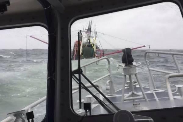 Члены экипажа со станции береговой охраны Нью-Лондона на борту 45-футового судна Response-Medium приближаются к 55-футовому рыболовецкому судну, берущему воду около острова Фишерс, Нью-Йорк, в воскресенье 10 марта 2019 года. Люди были подобраны в течение одной минуты после того, как покинули судно , (Фото старшего офицера 3-го класса Стивена Штромайера, любезно предоставлено Станцией Нью-Лондон)