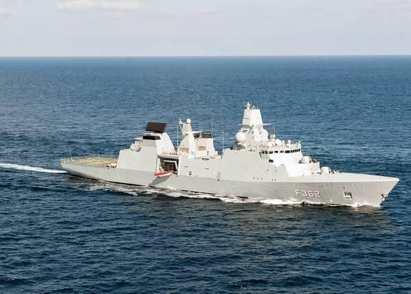 الفرقاطة البحرية الملكية الدنماركية HDMS بيتر ويلمويس (F362) تعبر خليج عدن. (صورة البحرية الأمريكية ، أخصائي الاتصال الجماهيري من الدرجة الثالثة ماريو كوتو)