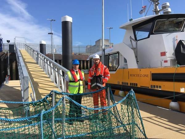 الكابتن جيف جاسكين ، وأبردين هاربور ماستر ، وآدم إيزاميل ، مدير مشروع EOWDC ، فاتينفول ، على الجسر العائم الجديد Photo Aberdeen Harbour)