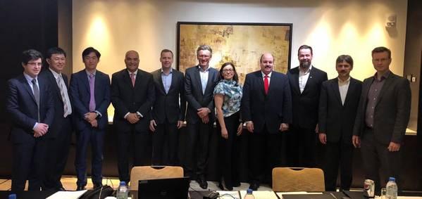 المديرون التنفيذيون في شركة Consortium في حفل توقيع الاتفاقية ، من اليسار إلى اليمين: Emmanuel Rousseau، GTT؛ كويتشي ماتسوشيتا ، MHI-MME ؛ كوساكابي أتسو ، MHI-MME ؛ إبراهيم بحيري ، WinGD ، Tommi Keskilohko، MacGregor؛ ستاين ثورسجر ، فرتسيلا ؛ ريتا كايلا ، فرتسيلا ؛ محمد زيتون زيتون جرين للملاحة؛ Ari Viitanen، C4؛ رودولف فيتشتاين ، WinGD وأرتو تويفونن ، ماكجريجور (الصورة: Wärtsilä)