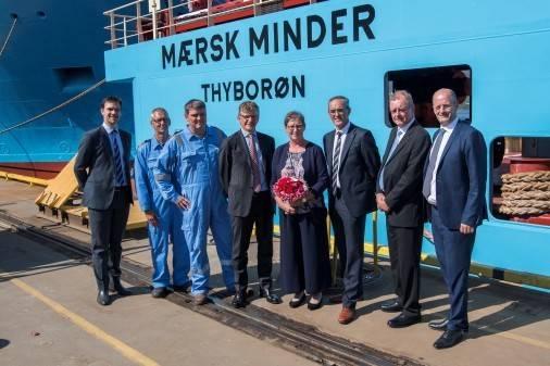 تم تعيين Maersk Minder خلال حفل في Kleven Verft. في الصورة ترعى آني باك مع كبير المسؤولين الفنيين في شركة ميرسك لخدمات التموين بيتر كراغ جاكوبسن والرئيس التنفيذي كليفن كارستين سيفيك إلى جانبها. (الصورة: كليفن)