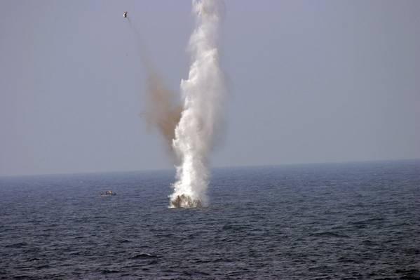 صورة ملف: قام أفراد البحرية الأمريكية بتفجير لغم عائم خلال تمرين في خليج المكسيك (صورة للبحرية الأمريكية بقلم باتريك كونيرلي)
