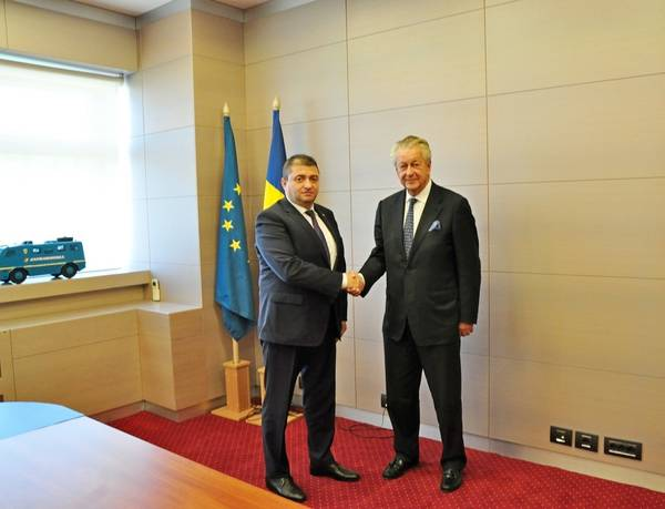 كومر دامن مع دانوت أندروسكا (تصوير: دامن)