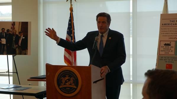 ملف الصورة: عضو الكونغرس جون غاراميندي في خطاب ألقاه مؤخراً في أكاديمية كاليفورنيا البحرية.