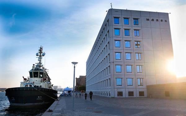 कोपेनहेगन, डेनमार्क में एस्प्लानाडेन में मेर्स्क मुख्यालय के बाहर स्विट्जर टुगबोट हर्मोड। फोटो: मार्सक लाइन