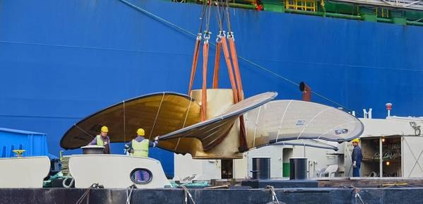 """फ़्लोटिंग क्रेन """"एचएचएलए IV"""" दुनिया के सबसे बड़े जहाज प्रोपेलर को एक जहाज पर लोड करता है। फोटो: एचएचएलए / डाइटमार हसनपुश"""