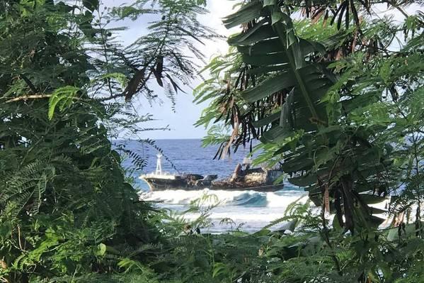 एक 88 फुट ताइवानी ध्वजांकित मछली पकड़ने वाले पोत जहाज पर आग लगने के बाद सामोआ द्वीप समूह में चले गए हैं और उसने जहाज को तीन महीने से अधिक (अमेरिकी तट रक्षक फोटो) के लिए प्रशांत क्षेत्र में छोड़ दिया था।