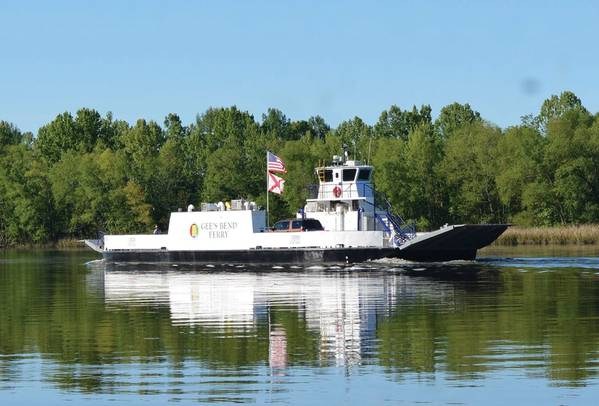 फेरी फर्स्ट अलबामा के जी बेंड फेरी ने हाल ही में अमेरिका में अल्बामा परिवहन विभाग (ALDOT) के स्वामित्व वाले पहले शून्य-उत्सर्जन, बिजली से चलने वाले यात्री / कार फ़ेरी बनने के लिए गियर-डीज़ल से परिवर्तित होने के बाद सेवा में प्रवेश किया और HMS फ़ेरी द्वारा संचालित किया गया। सिएटल स्थित ग्लेस्टेन ने सभी इलेक्ट्रिक को पोत रूपांतरण के अनुबंध डिजाइन और शिपयार्ड तकनीकी सहायता के माध्यम से अवधारणा प्रदान की। चित्र सौजन्य ग्लोस्टेन / ALDOT