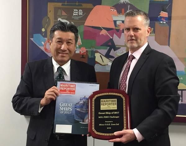 """श्री योशिकाज़ु कौवागो, मुख्य तकनीकी अधिकारी, मित्सुई ओएसके लाइनें ग्रेग ट्राथवेन, समुद्री रिपोर्टर और इंजीनियरिंग न्यूज से """"ग्रेट शिप ऑफ़ 2017"""" पुरस्कार स्वीकार करते हैं।"""