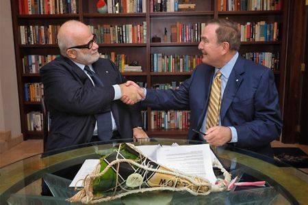 ロイヤルカリビアンにSilverseaの株式66.7%を与える契約を結んだ後、Manfredi Lefebvre D'Ovidio(左)はRichard D. Fainと握手を交わした(写真:Silversea Cruises)