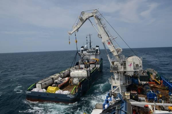 乘坐M / V SHELIA BORDELON的船员从距离纽约州Shinnecock 30英里处的Coimbra沉船中卸载了超过450,000加仑的油。海岸警卫队的救援人员在2019年5月对科英布拉进行现场评估时发现了大量的货油和油箱中的油。美国海岸警卫队摄影:Michael Himes)