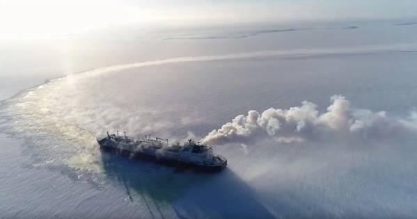 在北冰洋进行冰上试验期间破冰液化天然气运输船Vladimir Rusanov(照片:MOL)