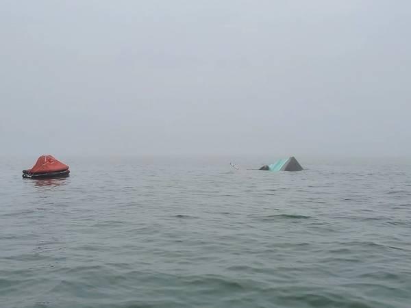 在得克萨斯州加尔维斯顿发生撞车事故后,Pappy's Pride船尾出现在吃水线上方,船只的充气救生筏旁。渔船和化学品船Bow Fortune发生碰撞后,海岸警卫队船员继续在船上搜寻四名船员中的两名。 (美国海岸警卫队加尔维斯顿站摄)