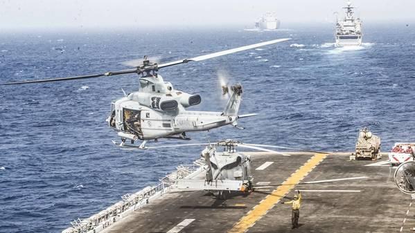 第11海兵遠征隊(MEU)のMarine Medium Tiltrotor Squadron(VMM)163(Reinforced)に割り当てられたUH-1Y Venomヘリコプターが、海上輸送中に水陸両用強襲艦USS Boxer(LHD 4)のフライトデッキから離陸します。ボクサー水陸両用レディグループと第11回MEUは、西部地域で地中海と太平洋を結ぶ中央地域の海上安定性と安全を確保するために、海軍作戦を支援するために米国第5艦隊作戦地域に配備されています。