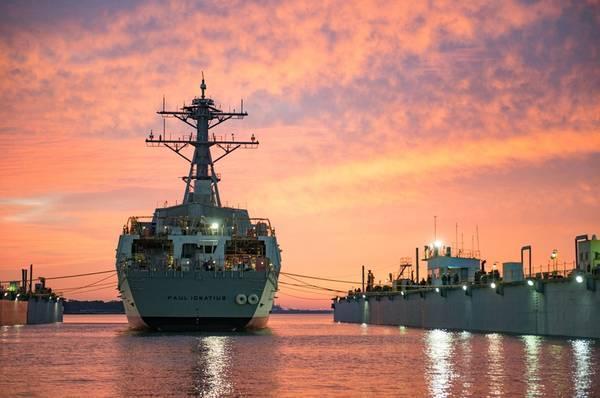誘導ミサイル駆逐艦プリコミッショニングユニット(PCU)Paul Ignatius(DDG 117)は、2016年11月12日にミシガン州パスカグーラのHuntington Ingalls Industries Ingall造船所で打ち上げられました(Andrew Youngによる米国海軍の写真提供:Huntington Ingalls)産業)