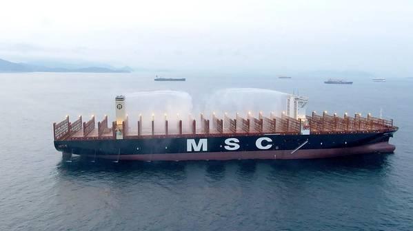 MSCGülsün船使用世界上第一台甲板上的消防炮–固定水炮,可以通过冷却来减缓并阻止火势蔓延,其射程可达100多米。 (照片:MSC)