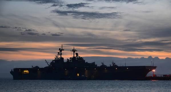 (صورة للبحرية الأمريكية بقلم دانييل باركر)