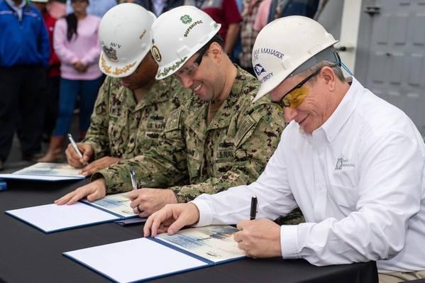 (من اليسار إلى اليمين) Cmdr. روبي تروتر ، Cmdr. يوقع سكوت ويليامز ودوني دورسي وثيقة التسليم التي سلمت ملكية المدمر بول إجناتيوس (DDG 17) من شركة إنكولس لبناء السفن إلى البحرية الأمريكية. تروتر هو المسؤول القائد المحتمل للسفينة ؛ وليامز هو ممثل إدارة برنامج DDG 51 للمشرف على بناء السفن في ساحل الخليج. و Dorsey هو مدير برنامج السفينة DDG 117 Ingalls '. الصورة عن طريق ديريك نافورة / HII
