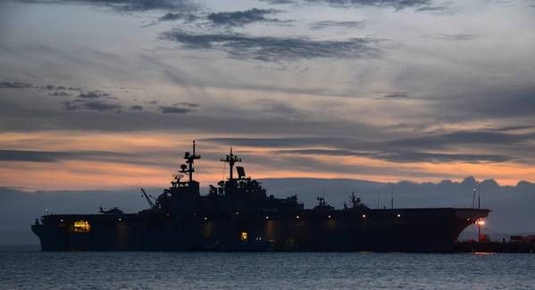 (Foto da Marinha dos EUA por Daniel Barker)