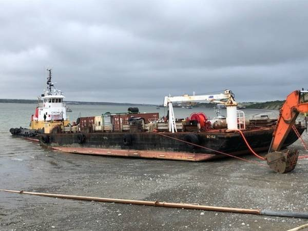 2019年6月18日,Naknek河Naknek河上的石油产品卸载时,海岸警卫队对泥浆中的燃料驳船作出反应,并开始出现结构性压力迹象。海岸警卫队海上安全工作组响应部门安克雷奇并签约清理如果任何燃料进入水中,专业人员会站在现场。美国海岸警卫队照片