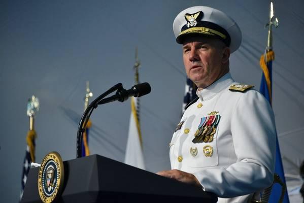 Adm。Karl Schultzは、2018年6月1日、ワシントンDCの沿岸警備本部で命令式の変更を話しています。式典中、Schultzは海軍警備隊第26司令官にAdm。Paul Zukunftを救済しました。 (パトリック・ケリーによる米国沿岸警備隊の写真)