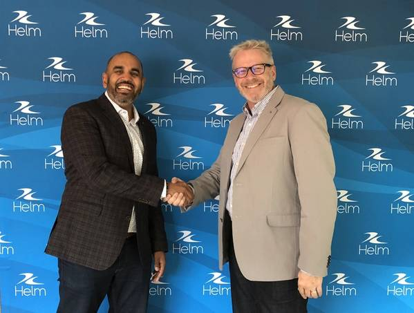 Ateet باتيل ، المدير المالي للمجموعة من فولاريس يصافح رون دي بروين ، الرئيس التنفيذي لشركة هيلم العمليات.