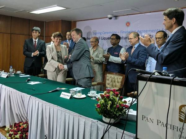 El CFO de Excelerate Nick Bedford y representantes de IFC, el gobierno bangladeshí, Petrobangla y los prestamistas de proyectos en la ceremonia de firma en Dhaka en el verano de 2017. IFC, miembro del Grupo del Banco Mundial, y Excelerate Energy Bangladesh Limited (Excelerate) son co -desarrollo del proyecto de GNL flotante Moheshkhali - primer terminal de importación de gas natural licuado (GNL) de Bangladesh. (Imagen: Excelerate)