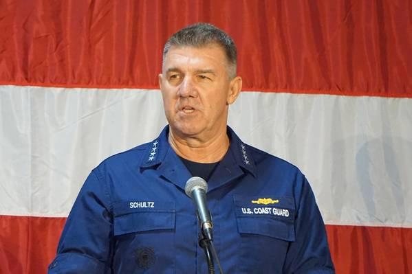 Der Kommandant der US-Küstenwache, Adm. Karl Schultz, hält die Adresse der Küstenwache in Charleston. (Foto: Eric Haun)
