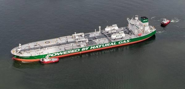 Der Korolev-Prospekt liegt für die Bunkerung mit LNG im Rotterdamer Hafen vor Anker. Bild: SCF Presseservice
