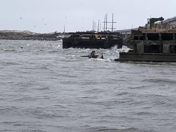 Der halb untergetauchte Schlepper Miss Bonnie sitzt im Wasser, nachdem er die alte Bonner-Brücke in Oregon Inlet, North Carolina, angefahren hat. (US Coast Guard Foto mit freundlicher Genehmigung der Coast Guard Station Oregon Inlet)