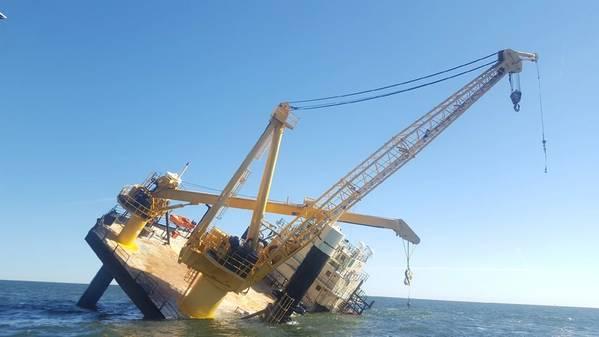 Die Küstenwache und drei gute Samariter-Schiffe halfen bei der Rettung von 15 Personen aus einem Liftboot in der Nähe von Grand Isle, La, am 18. November 2018. (Foto der US-Küstenwache von Alexandria Preston)