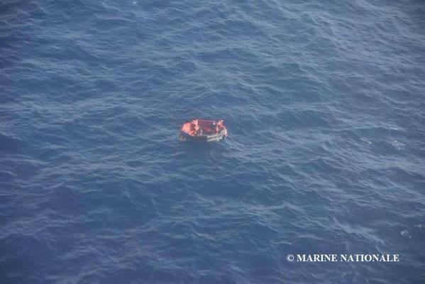 Drei der 14 Besatzungsmitglieder von Bourbon Rhode befanden sich in einem Rettungsboot und wurden am Samstag gerettet. Resonder suchen nach 11, die noch fehlen. (Foto: Marine Nationale)