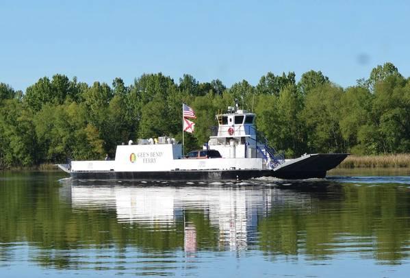 Ferry First Alabama的Gee's Bend Ferry最近从齿轮柴油转换成为美国第一艘零排放电动客运/汽车渡轮,由阿拉巴马州运输部(ALDOT)拥有并由HMS Ferries运营,总部位于西雅图的Glosten通过合同设计和船舶技术支持将船舶转换为全电动设备提供了概念。图片由Glosten / ALDOT提供
