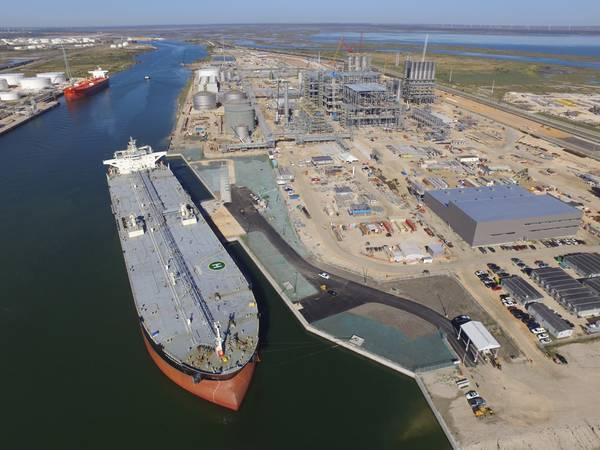 Imagem de arquivo: Um VLCC carrega ao lado no porto de Corpus Christi, Texas (CREDIT: Porto de Corpus Christi, Texas)