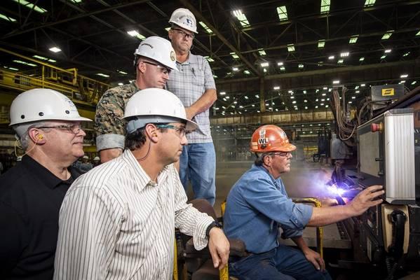 Ingalls Shipbuildingのバーナー作業員であるPaul Bosargeは、水陸両用の暴行船Bougainville(LHA 8)用の鋼の製作を開始します。また、左から右に描かれているのは、Frank Jermyn、IngallsのLHA 8船プログラムマネージャーです。 Lance Carnahan、Ingallsの鉄鋼製作ディレクター。湾岸沿岸の造船所の責任者を務めている米海兵隊キャプテンJD Owens、リッキー・ハトーン、Ingallsの船長総監督(写真:Derek Fountain / HII)