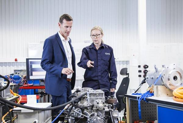 Johan Carlsson, Chief Technology Officer von Volvo Penta, und Karin Åkman, Systemtechnikerin, diskutieren im neuen Entwicklungs- und Testlabor des Unternehmens in Göteborg über Innovationen für die Elektromobilität. (Foto: Volvo Penta)