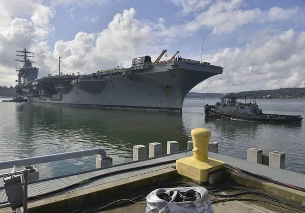 Los marineros y los astilleros Navales de Puget Sound y el Facilitador de Mantenimiento Intermedio (PSNS-IMF) trasladan el portaaviones USS Nimitz (CVN 68) desde su muelle de puerto base en Bremerton, Wash., A un dique seco en PSNS-IMF. (Foto de la Marina de los Estados Unidos por Ian Kinkead)