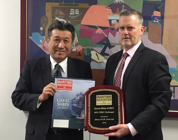 "Mitsui OSK Lines首席技术官Yoshikazu Kawagoe先生接受了海事报道和工程新闻Greg Trauthwein颁发的""2017年大船""奖。"