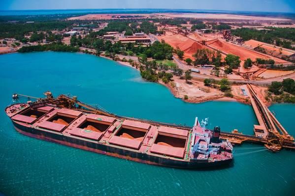 Navio sendo carregado nas operações da Rio Tinto Weipa com estoques de bauxita em segundo plano. Copyright © 2018 Rio Tinto.