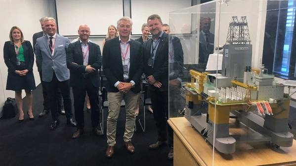 Odfjell Drilling首席执行官Simen Lieungh以及Drilling&Well高级副总裁Geir Tungesvik与深海大西洋钻机的模型合作。照片:Kjetil艾德,Equinor