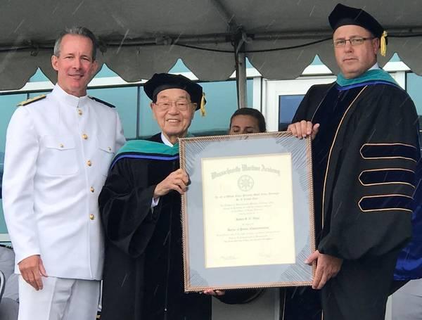 RADM Francis McDonald e o Presidente do Conselho de MMA CAPT Galen Locke apresentam um grau honorário para o Fundador e Presidente Honorário Dr. James SC Chao