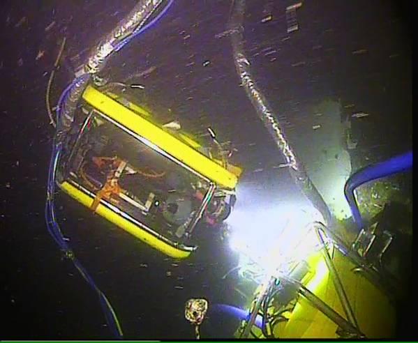 ROV контролирует Moskito во время добычи нефти из Thetis (Фото: MIko Marine)