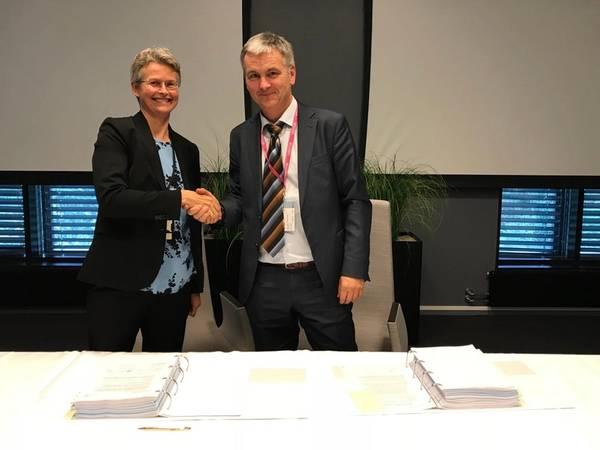 Rannfrid Skjervold (izquierda), vicepresidente de la cadena de suministro Equinor, y Karl-Erik Johannessen, gerente de operaciones Transocean. Foto: Kjetil Eide / Equinor