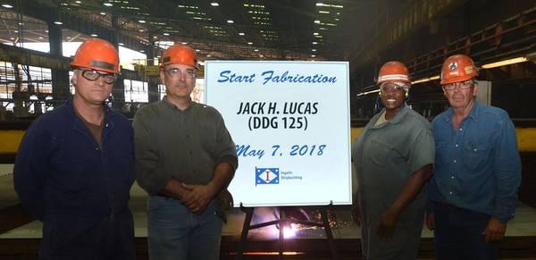 Schiffsbauer in Ingalls Steel Fabrication Shop, von links: Paul Perry, Donald Morrison, Queena Myles und Paul Bosarge feiern am 7. Mai 2018 den offiziellen Produktionsstart für den neuesten Zerstörer der US Navy, Jack H. Lucas (DDG 125) : Shane Scara / HII)