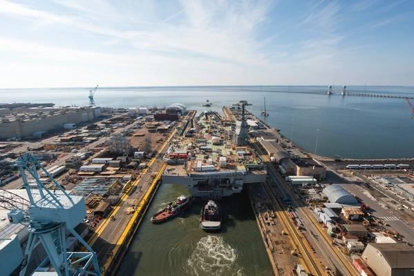 Schlepper transportieren den Flugzeugträger John F. Kennedy (CVN 79) vom Dock Dry 12 von Newport News Shipbuilding zum Pier 3, wo das Schiff vor der geplanten Auslieferung an die US-Marine im Jahr 2022 endgültig fertiggestellt und ausgestattet wird. (Foto: Matt Hildreth / HII.) )