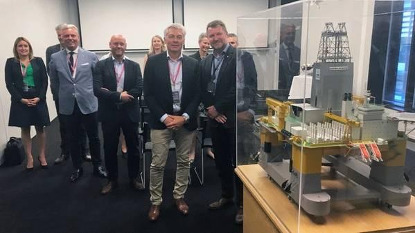 Simen Lieungh ، الرئيس التنفيذي Odfjell Drilling ، و Geir Tungesvik ، نائب الرئيس الأول للحفار والبئر ، مع نموذج من جهاز الحفر Deepsea Atlantic. الصورة: Kjetil Eide ، Equinor