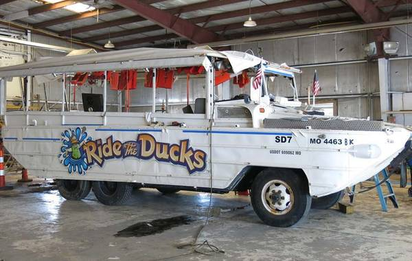 The Stretch Duck 7 ، سفينة ركاب برمائية معدلة تابعة للحرب العالمية الثانية DUKW ، تظهر في 25 يوليو 2018 بعد استردادها من بحيرة Table Rock Lake بالقرب من Branson ، Mo. NTSB / براين يونغ)