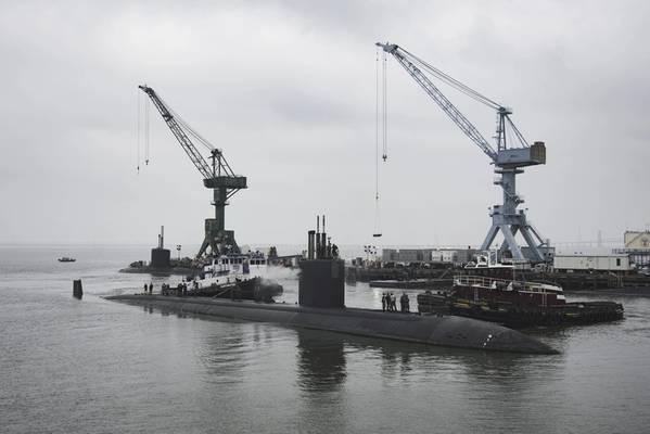 USS Boise (SSN 764) прибывает в подразделение судостроительной промышленности Newport News компании Huntington Ingalls Industries, чтобы начать свой 25-месячный расширенный капитальный ремонт (Фото Эшли Коуэн / HII)